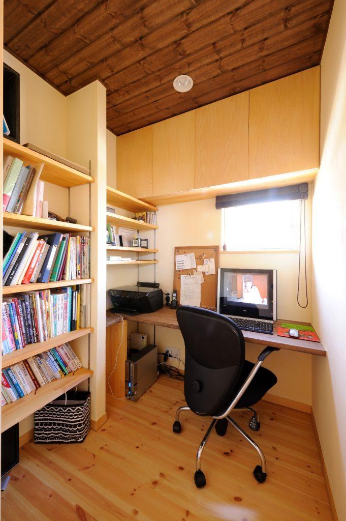 ご主人の書斎は、2帖とは思えないほどの書棚が。