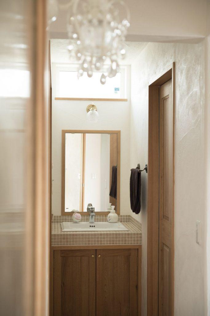 自然光を取り入れた明るい洗面台