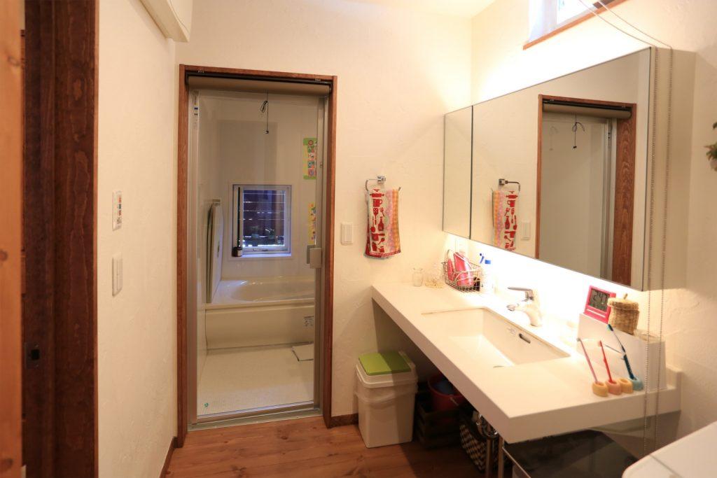 間接照明と大きな鏡のホテルライクな洗面台