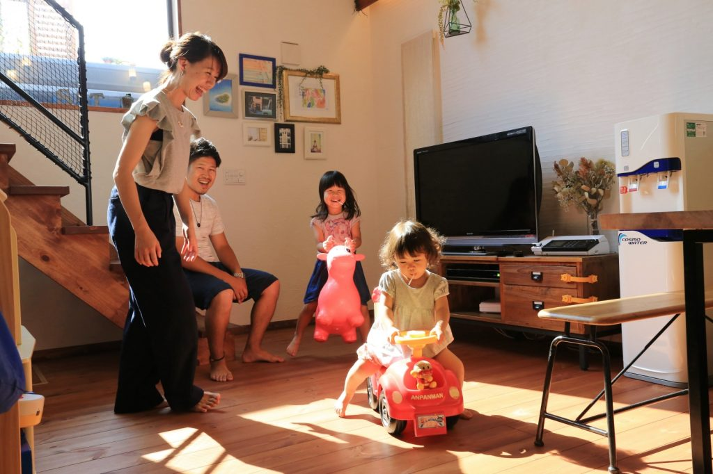 家族が笑顔になる自然素材に包まれたリビング