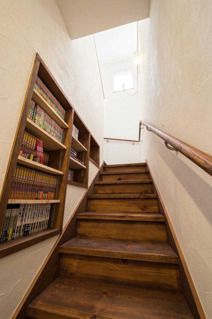ゆるい段差のやさしい階段に本棚をプラス