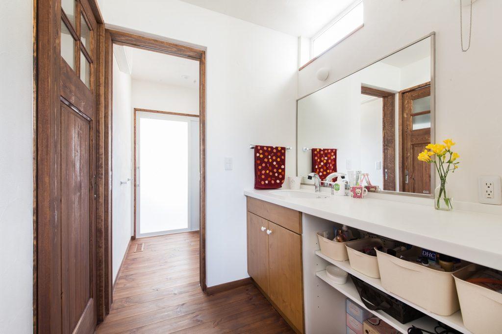 大きな鏡がうれしい シンプルな洗面台