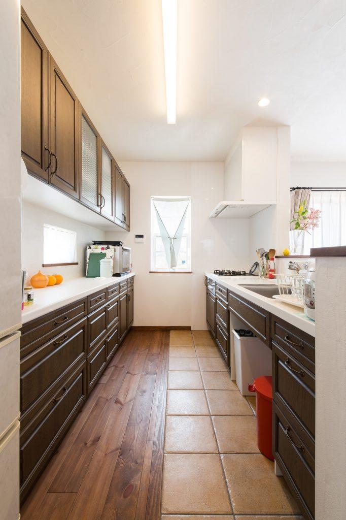 タイルの床でお手入れもしやすい 広々キッチン