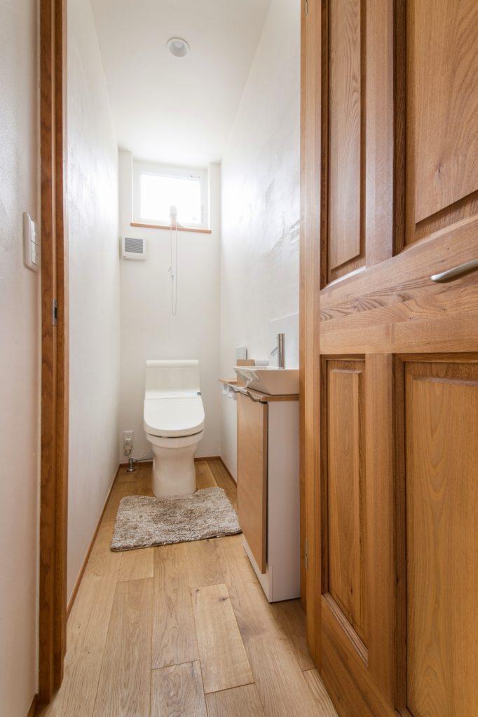 小さな手洗い付きのトイレ