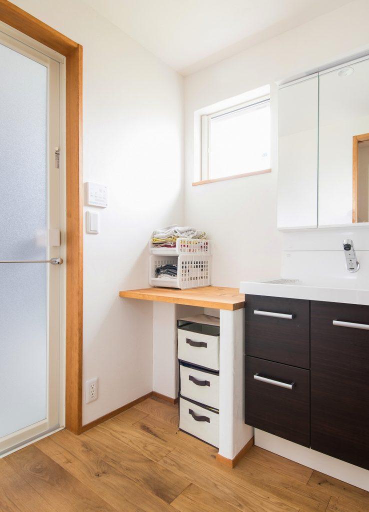 洗濯かごの収納スペースがある洗面脱衣室