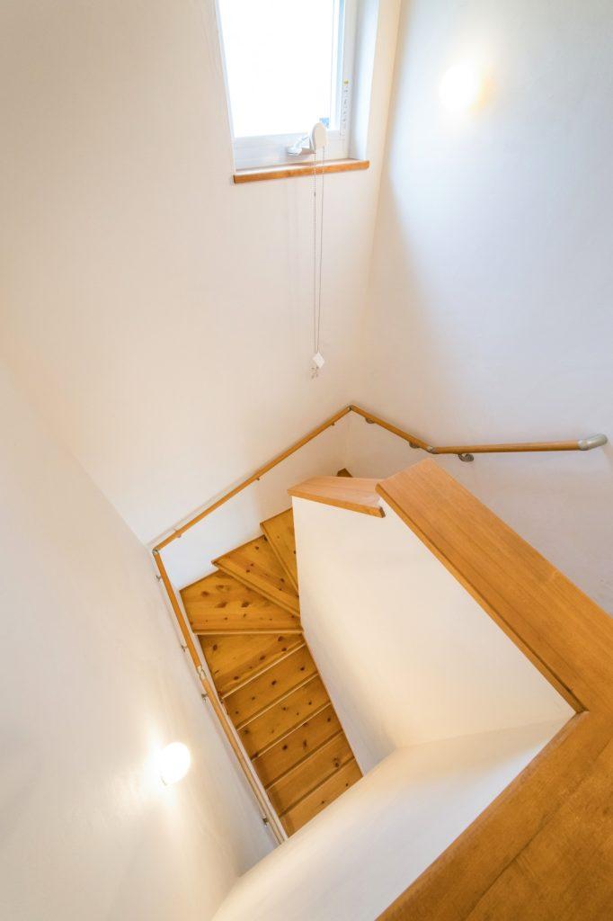漆喰の壁面が美しい階段