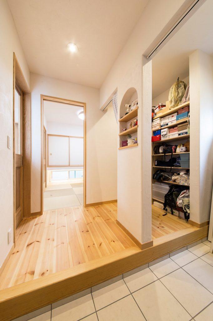 和室ともつながる 収納力のある玄関