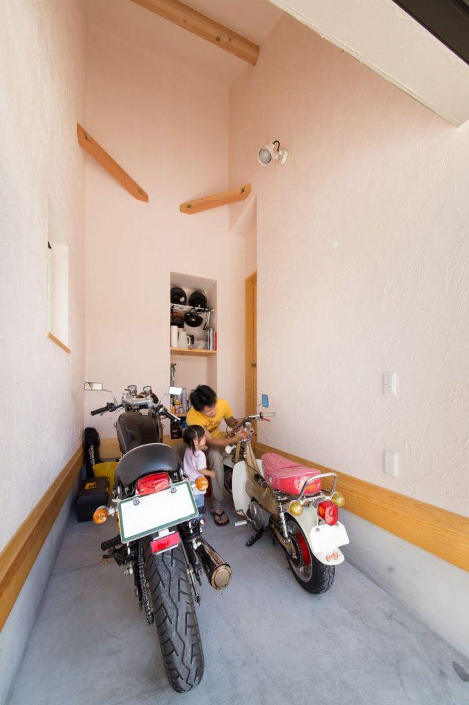 ご主人こだわりのインナーガレージ。他の部屋と印象を変えるため塗り壁の色をピンクにした