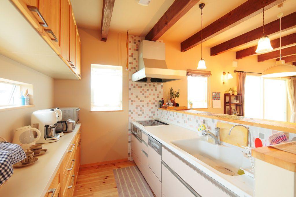 吊戸棚をなくして実現した開放的なキッチン