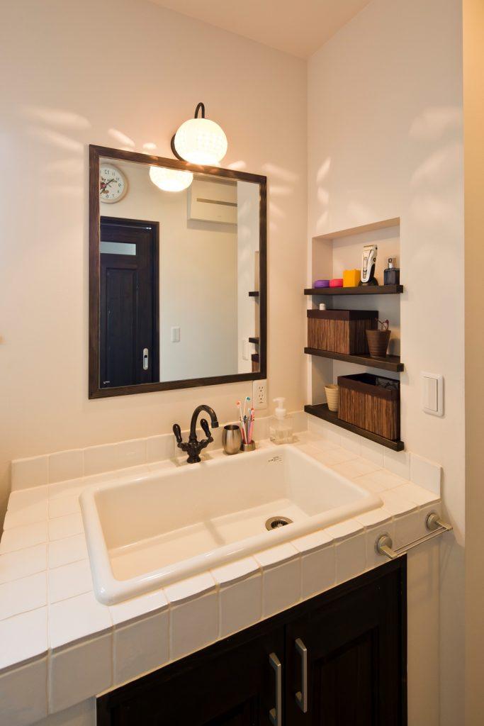 1.2階共にある洗面台は、照明器具を変えることで変化をつけた