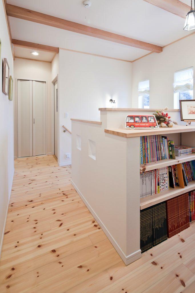 階段を登った先には、ご家族共有の図書コーナー・ギャラリースペースが。奥様が大好きだという作家さんの絵も飾られている