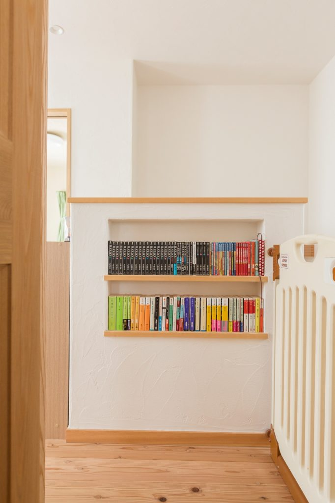2Fホールの小さな本棚