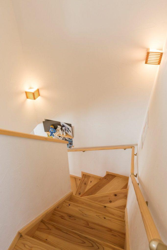 ニッチと照明がアクセントの階段