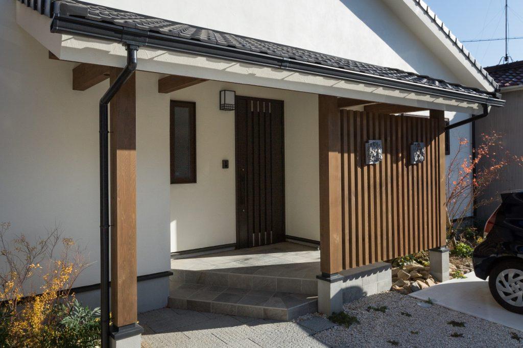 天然石が敷き詰められた玄関ポーチ 雨の日でも濡れずに安心!