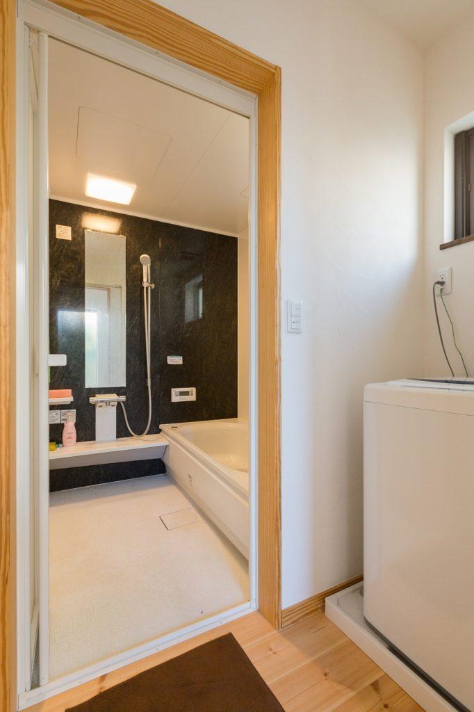 アースブラックの壁面がポイント 落ち着いた雰囲気の浴室