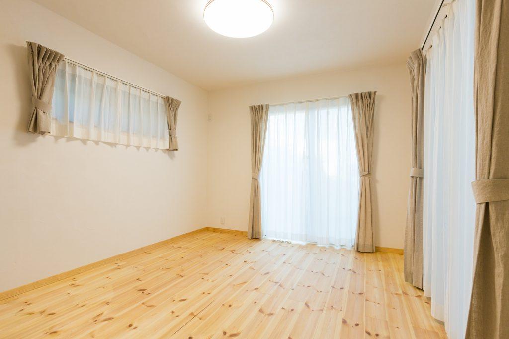 漆喰の壁が呼吸する やさしい光に包まれた寝室