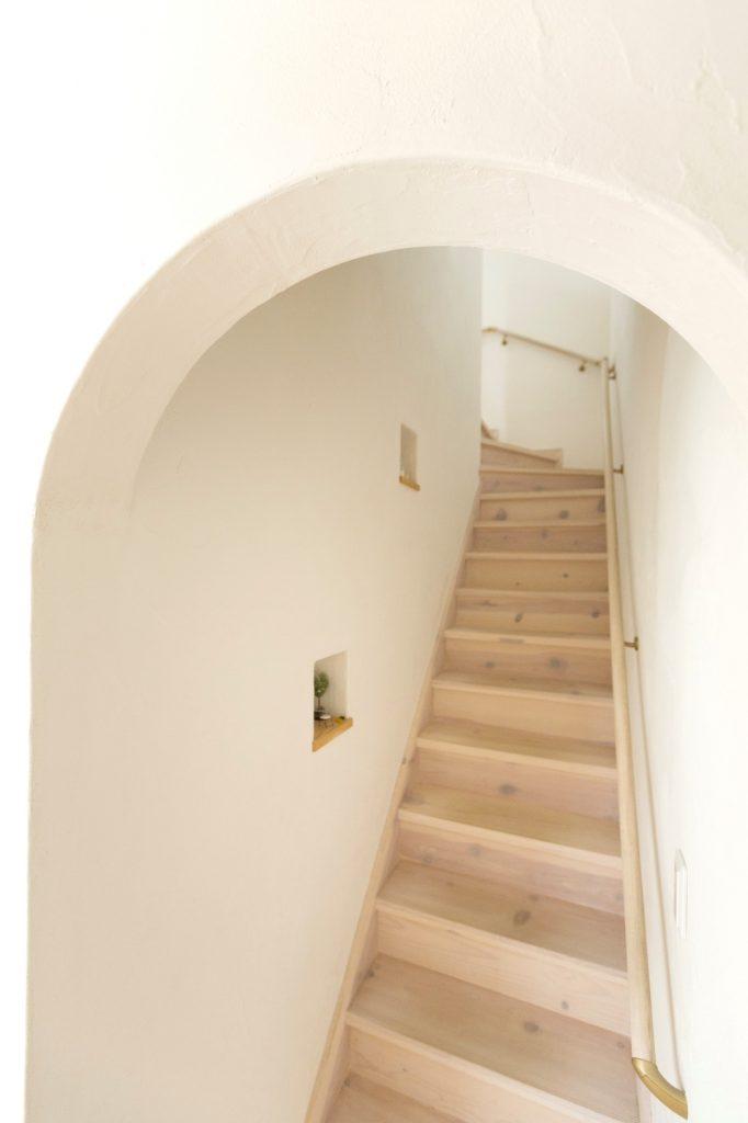 ホワイトで統一されたリビング階段