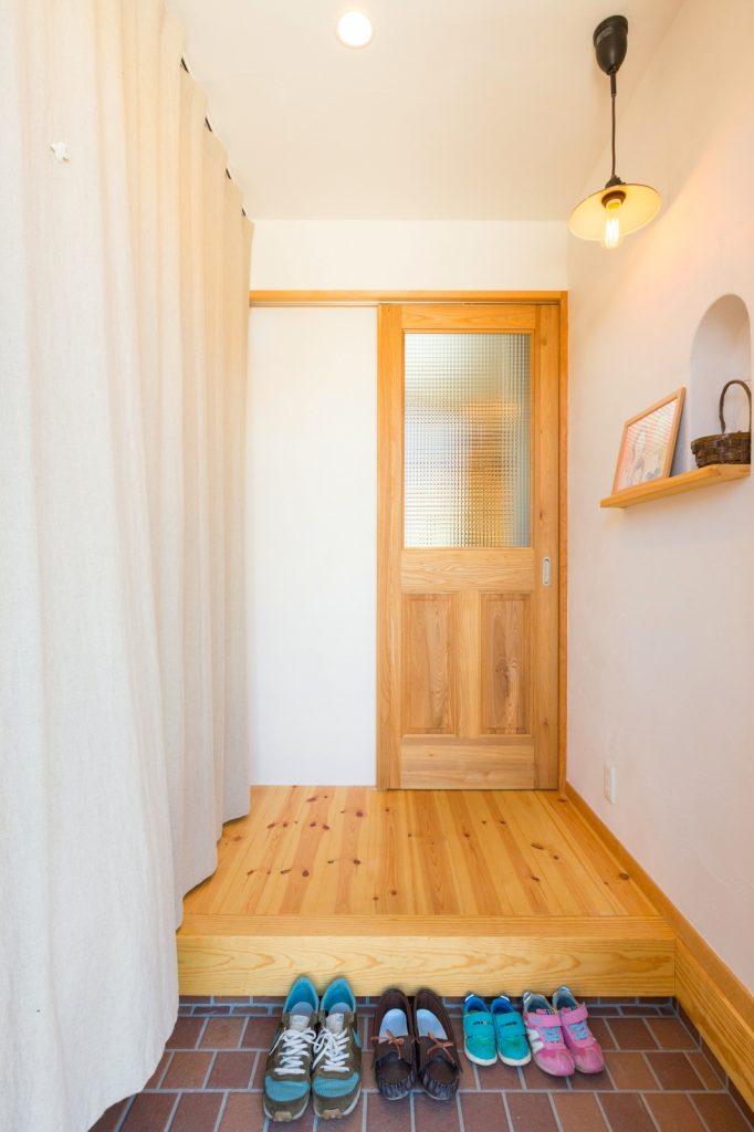 大容量収納もカーテンの目隠しで玄関スッキリ