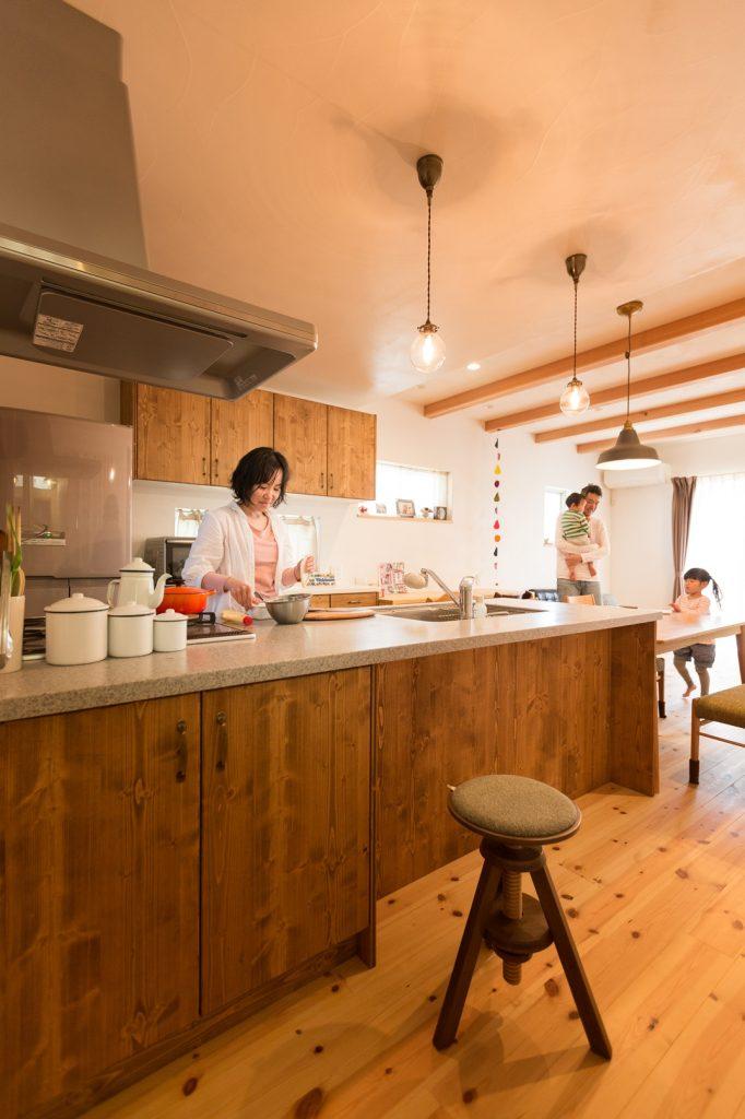 家族を近くに感じられる 孤立しないキッチン