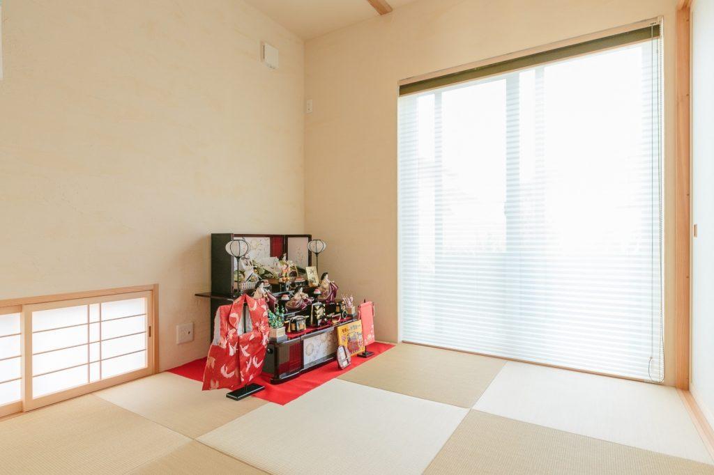 地窓と琉球畳の和室