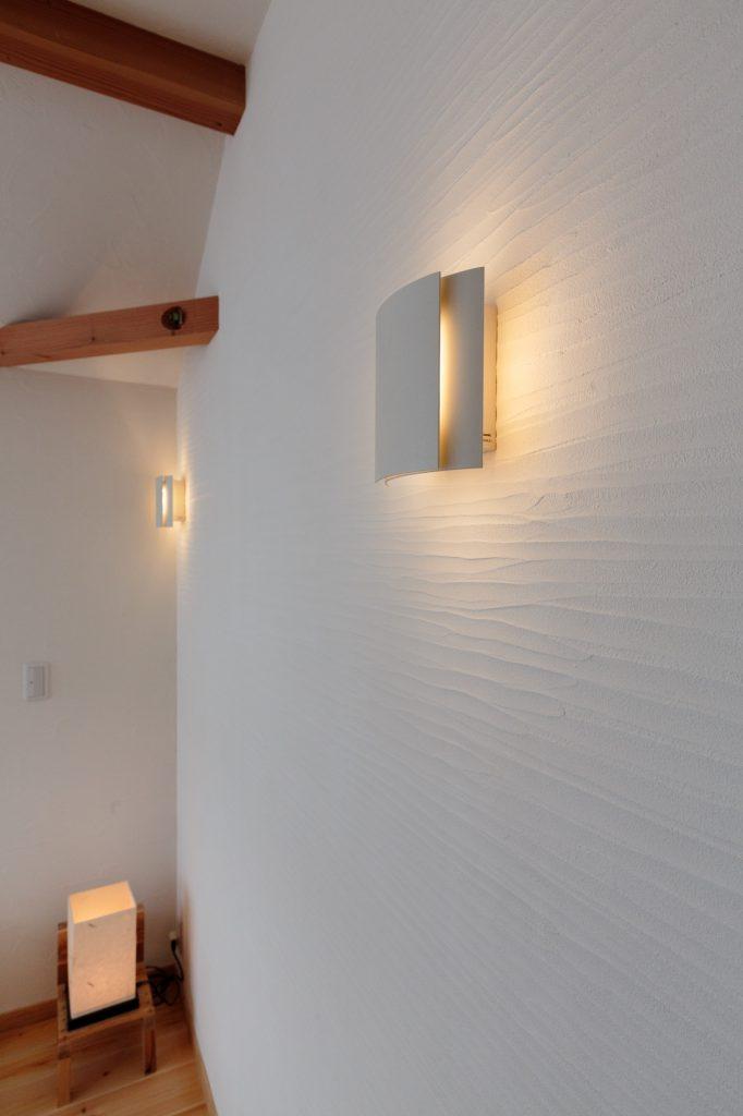 スペイン漆喰の塗り壁が映える廊下