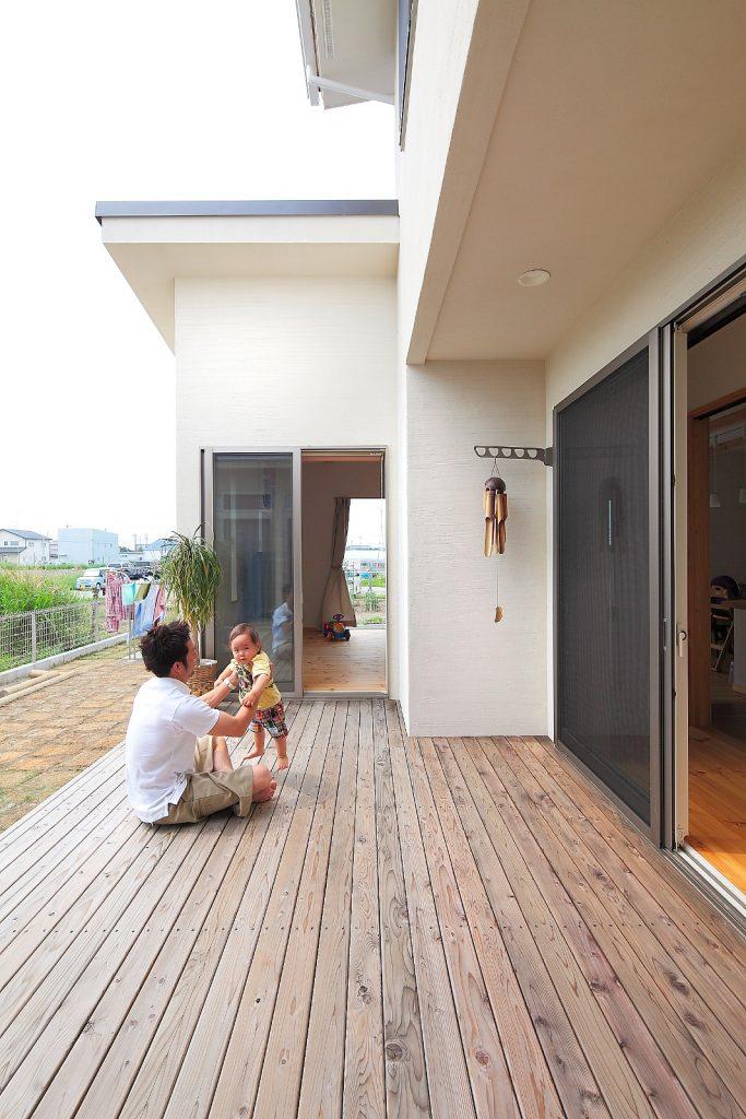 LDKと親世帯の部屋の間に設けたウッドデッキのおかげで程よい距離感が生まれます