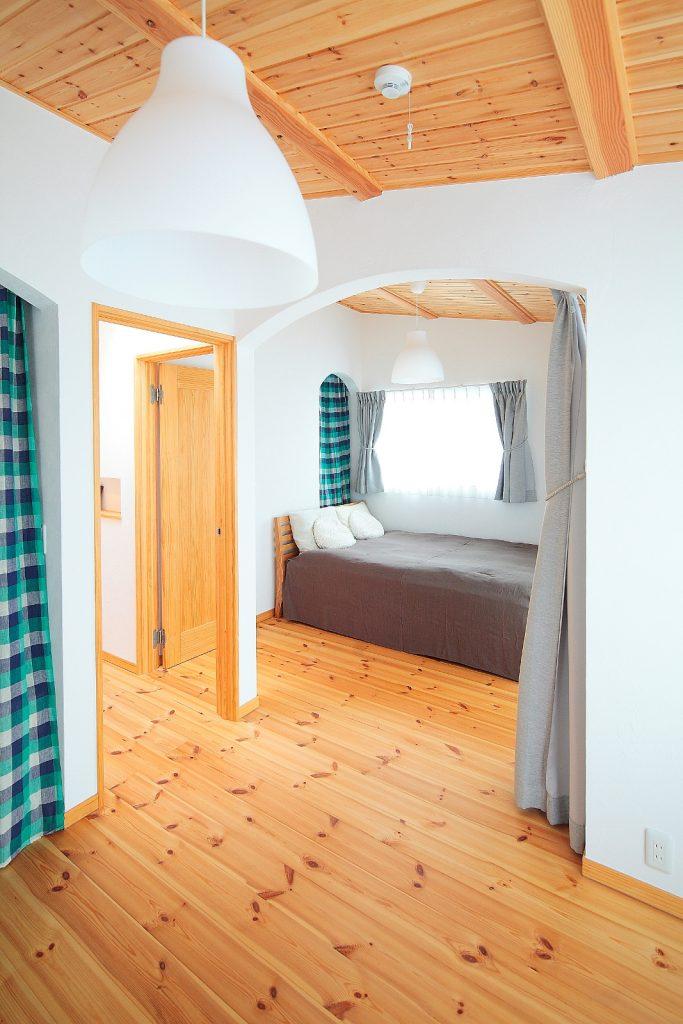 南側の洋室は、広くも仕切っても使用できる空間に