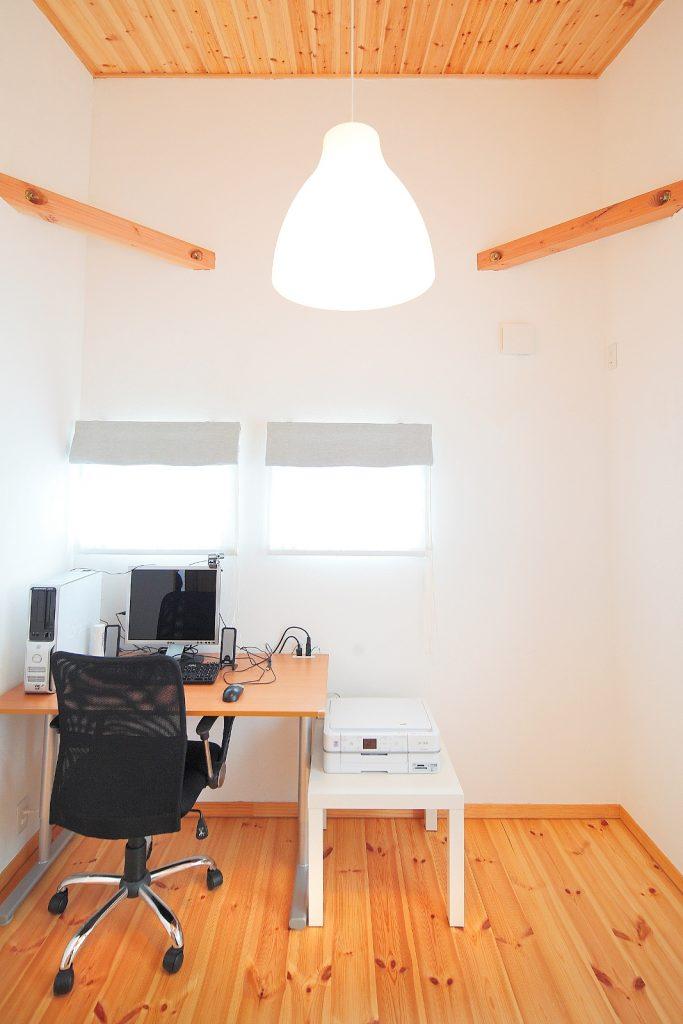 白い塗り壁と小窓の効果で、北側の洋室も明るく快適