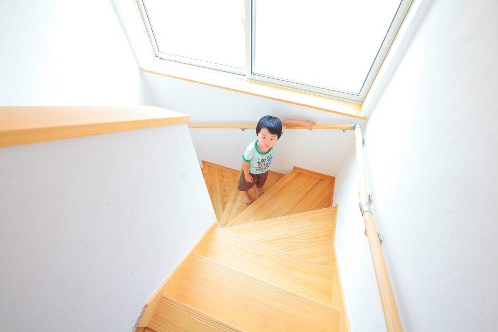 明るい陽射しが差し込む階段