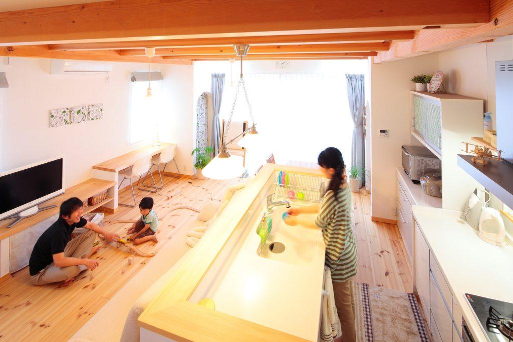 表しの梁とパインの床、漆喰の塗り壁と自然素材を贅沢に使用した、ほっとする空間