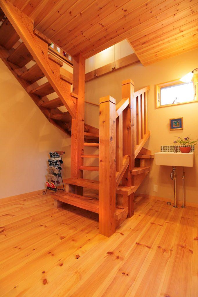 耐久性の高いレッドシーダーで造られた、開放感・重厚感のあるストリップ階段。