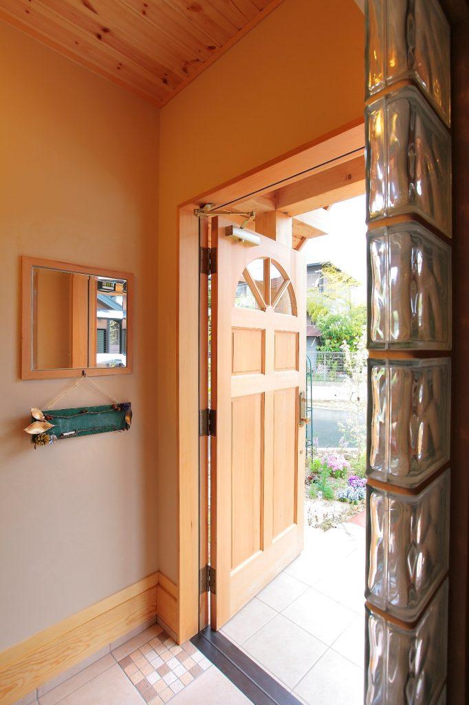 ガラスブロック・タイルの貼り方・鏡など、ご夫婦のこだわりが満載の玄関スペース。