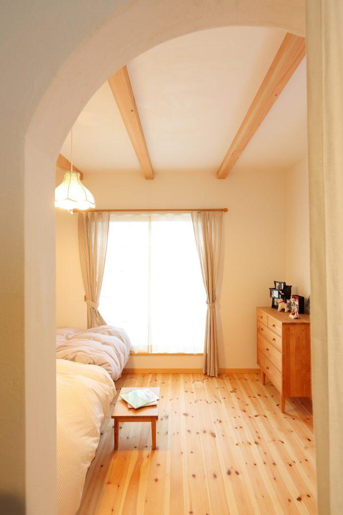 寝室のウィークインクローゼットの入り口もアール型で可愛らしく