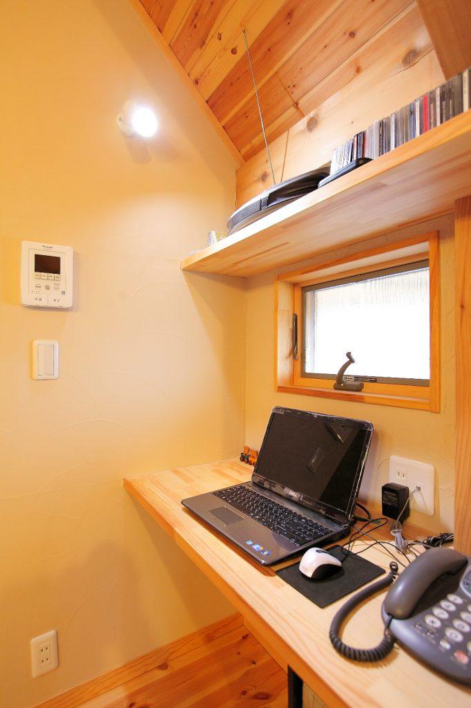 家事をしながら調べものができるようにと考えられたパソコンスペース。キッチンの背面に設けました。