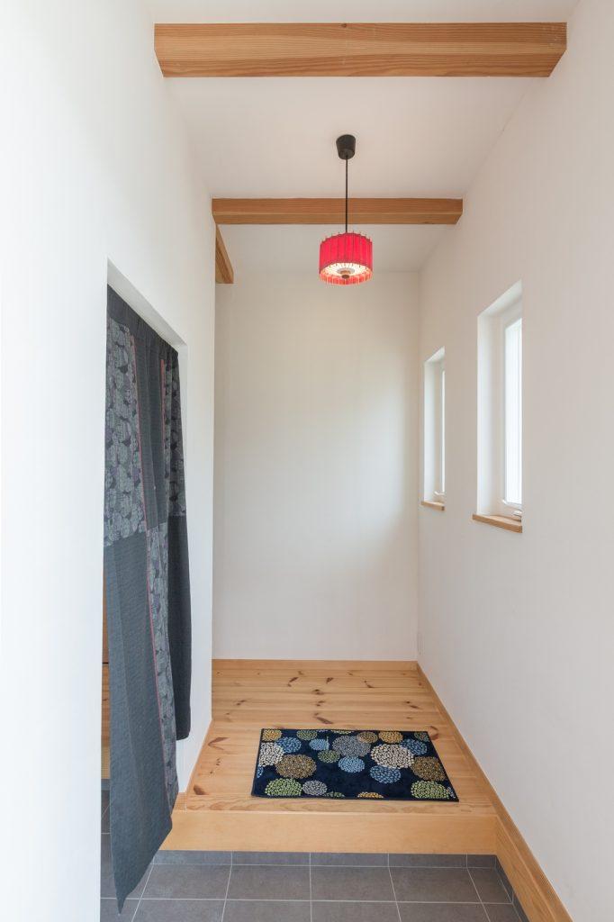 番傘を思わせる照明と、和柄ののれんで粋な雰囲気が漂う玄関