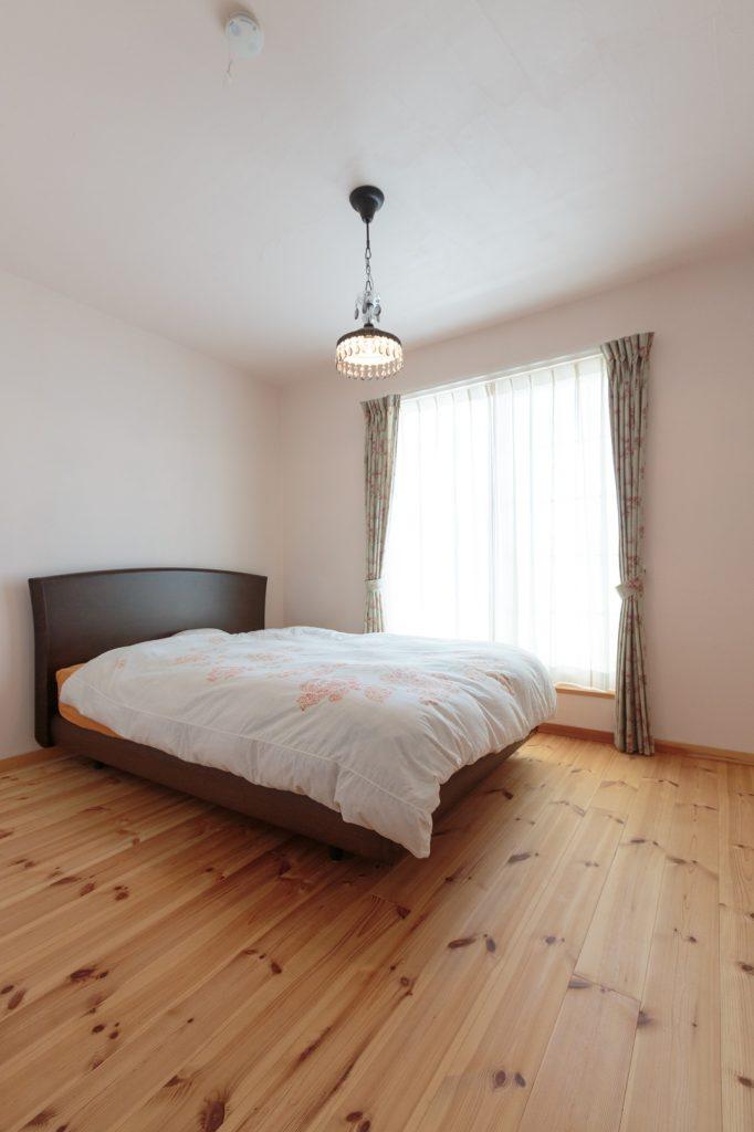 シンプルな寝室に照明のアクセント