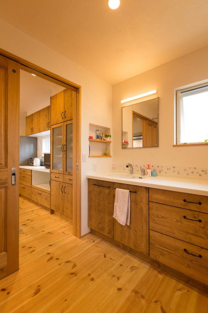 同じ収納扉で統一感のある洗面とキッチン
