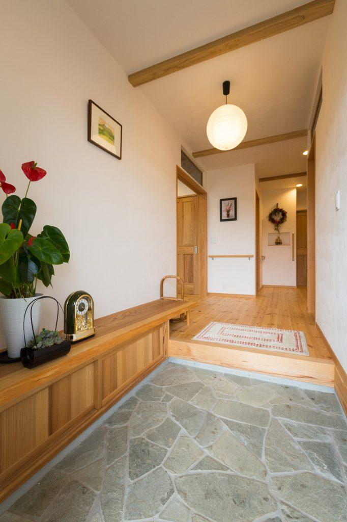 落ち着きのある石貼りの玄関