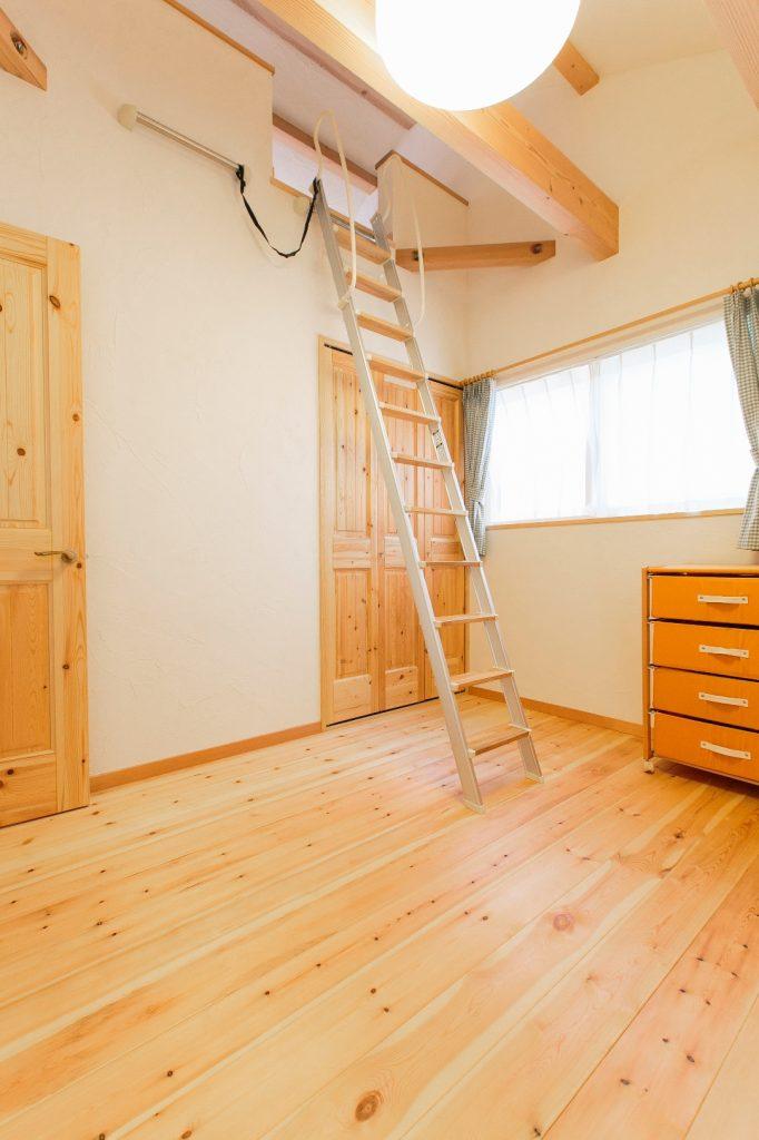 収納たっぷりの子ども室。長男と次男の部屋はロフトでつながっている