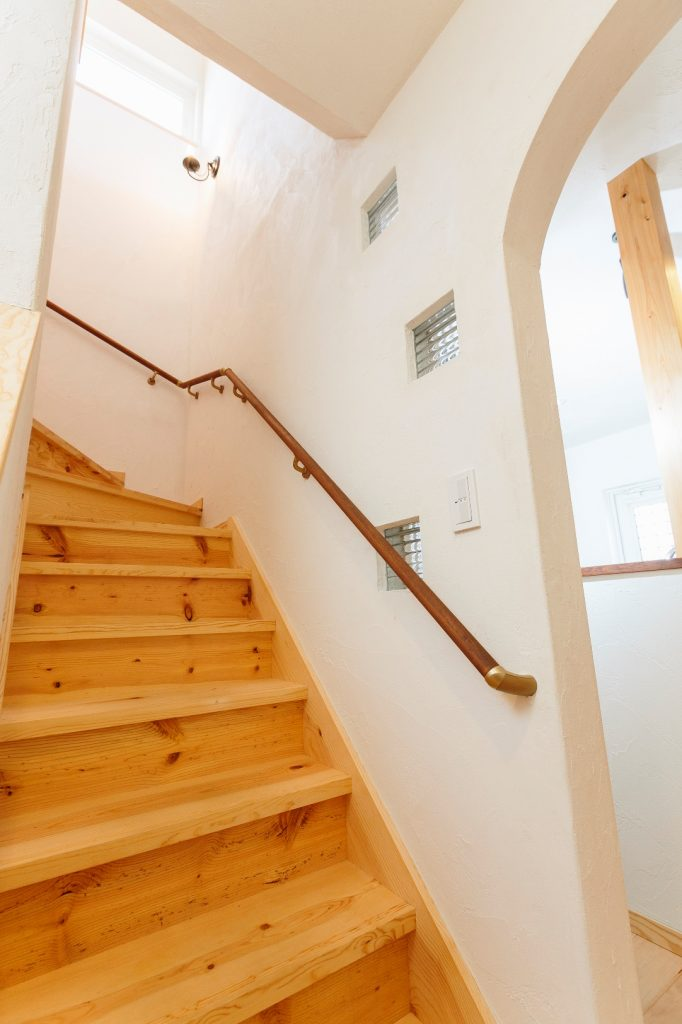 階段右側の壁には、明り取り&アクセントのガラスブロックが