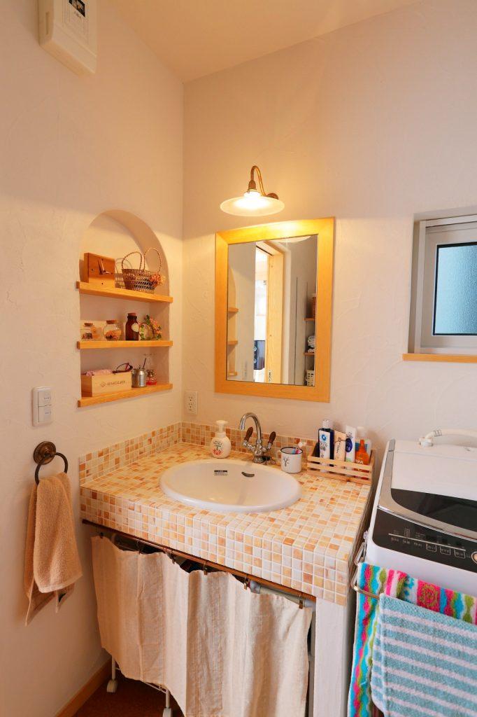 モザイクタイルをあしらった洗面化粧台