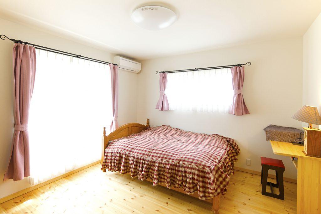 大きめのチェック柄がインテリアによく映え、お部屋が明るく、カントリーな雰囲気に。