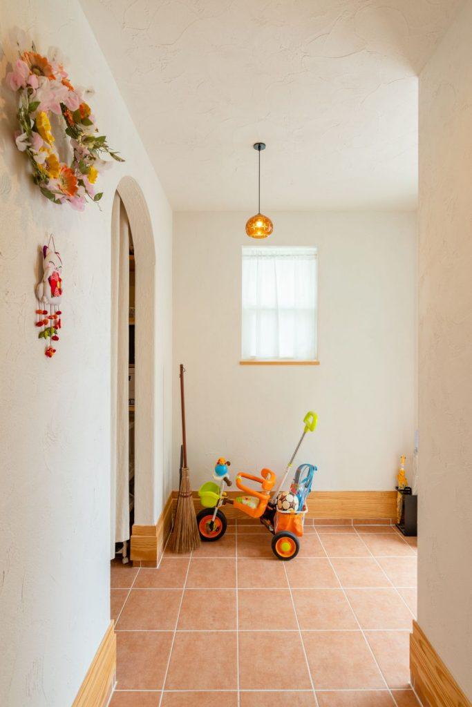 可愛らしい装飾とアーチ型の垂れ壁が似合う玄関