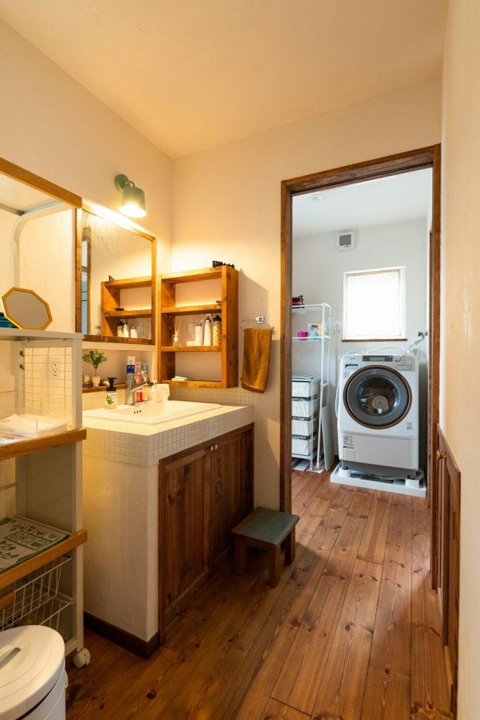 広々使いやすい脱衣室と独立洗面