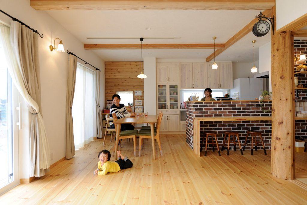 """レンガ貼りのキッチンが印象的!本物の自然素材に包まれた""""家族を守る家"""""""