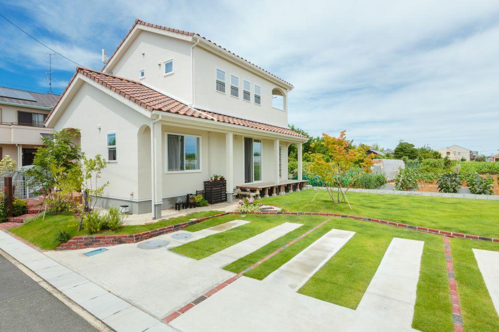 緑と青空が似合う、プロヴァンスの可愛い家