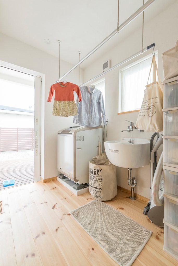 雨の日も安心、洗面台がシンプル&可愛いランドリールーム