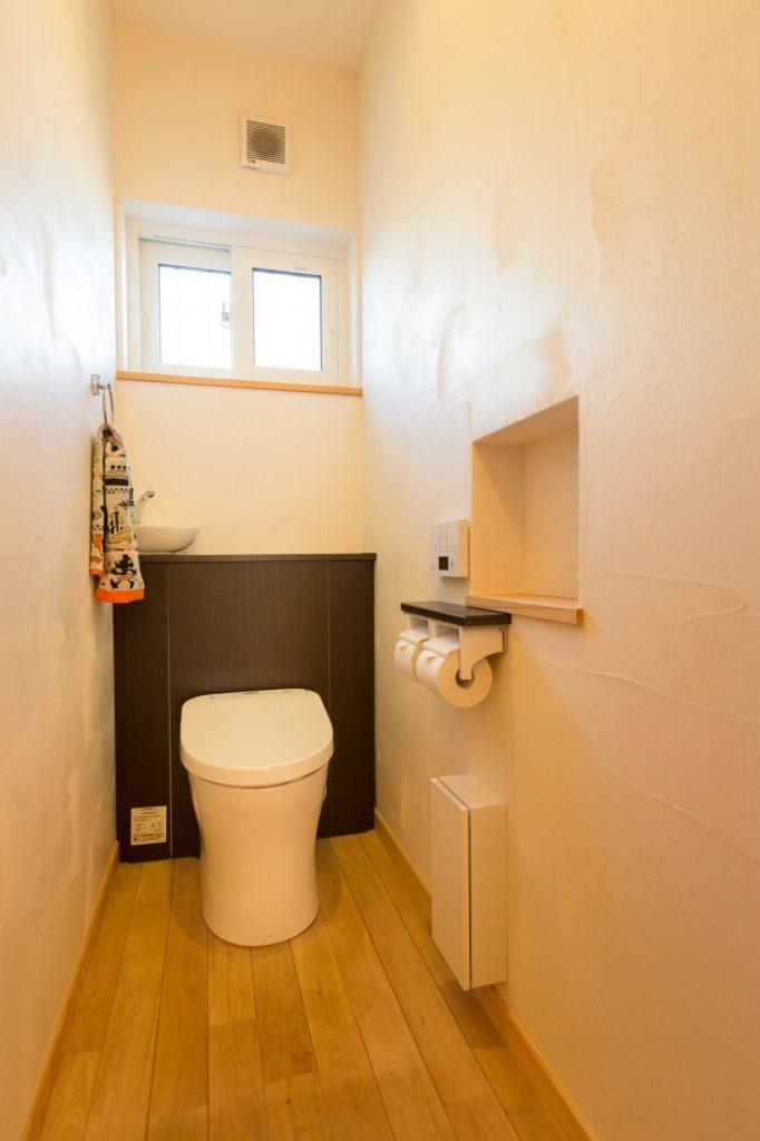 ちょっとしたニッチが便利!シンプルなトイレ