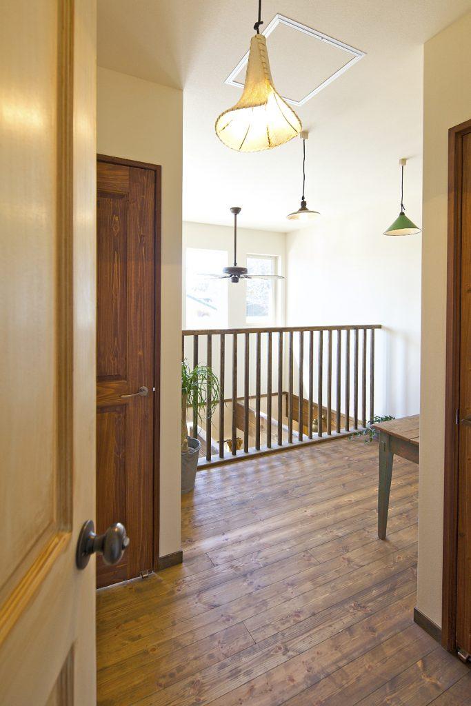 リビングの上に開放的な吹き抜けと窓を多く設け、明るさと2階との繋がりを確保。