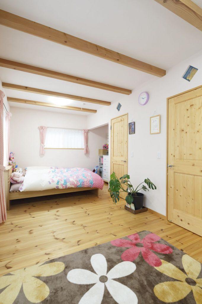 やさしい空気の流れる子ども部屋。ガラスブロックは廊下から室内の気配を感じられるように
